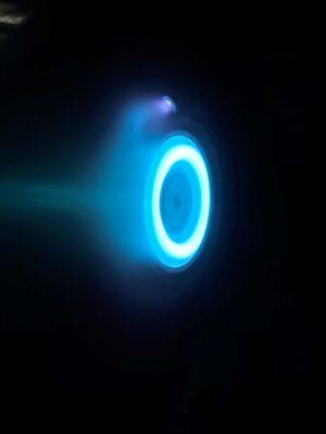 Modrá záře xenonového plazmatu Hallova motoru, který bude použit na sondě Psyche.