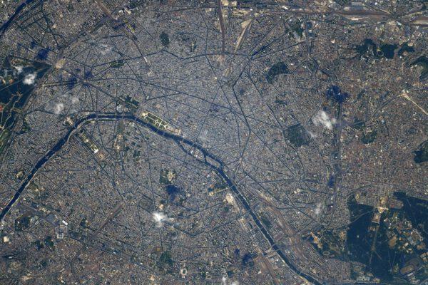 Zatímco v Tokiu byla zrovna noc, v Paříži byl den. Hlavní město Francie převzalo štafetu další olympiády. Paříž hostila druhé hry novodobé historie v roce 1900 a podruhé potom v roce 1924. Takže Olympijské hry 2024 přicházejí po sto letech. Zdroj: flickr.com.
