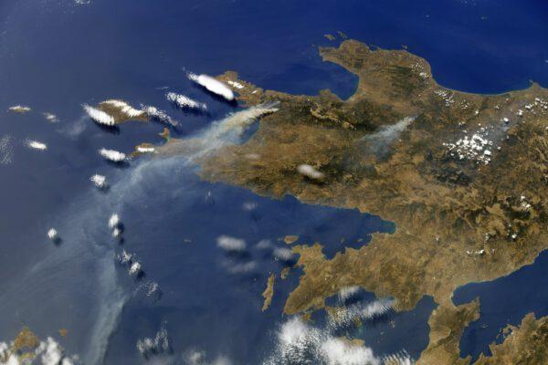 Peloponéský poloostrov v Řecku je v plamenech. A jinde blíže Athénám je to ještě horší. Požáry trápí nejen Řecko, ale i Kalifornii. Mezinárodní panel IPCC zveřejnil svou nejnovější zprávu, podle níž je další oteplování o 2 °C nezvratným jevem a stoupající hladině oceánu nebo tání ledu se budeme muset naučit čelit. Zdroj: flickr.com