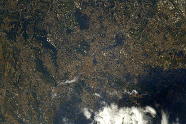 Centrum Říma, hlavního města Itálie. Vlevo na snímku doslova svítí ovál Olympijského stadionu. Poblíž středu mírně vpravo je dobře rozpoznatelné široké kolejiště vlakového nádraží a pod ním je oválný útvar Kolosea. U ohbí řeky hledejte výrazný zelený útvar tvaru hvězdy, Castel Sant'Angelo (Andělský hrad), kde je Hadriánovo mauzoleum a vlevo odsud je výrazné velké náměstí ve Vatikánu u katedrály Sv. Petra. Zdroj: flickr.com