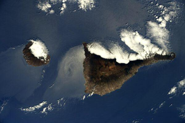 Ostrovy na snímku jsou asi snadno rozpoznatelné. Sopečný ostrov vlevo je La Gomera, vpravo Tenerife. Kanárské ostrovy, ale přitom součást Evropské unie díky Španělsku. Možná se tam zrovna někdo z vás nachází na dovolené, nebo vysoko nahoře fotí hvězdy. Obloha je tam přeci jen pořád ještě tmavší než ve střední Evropě. Zdroj: flickr.com