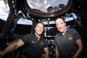 Thomas Pesquet a Megan McArthur v modulu Cupola po zachycení lodi Cygnus NG-16. Zdroj: twitter.com
