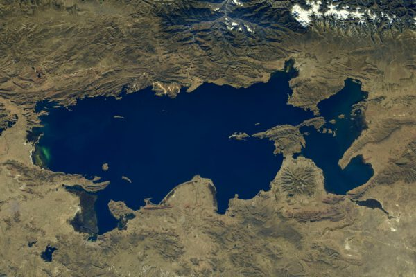 """Ïkonické jezero Titicaca na hranicích Peru a Bolívie. prosím nevyslovujte jej před místními s """"kaka"""", jako u nás doma. V kečuánštině to nezní moc vábně. Oni vyslovují Titichacha. Zdroj: flickr.com"""