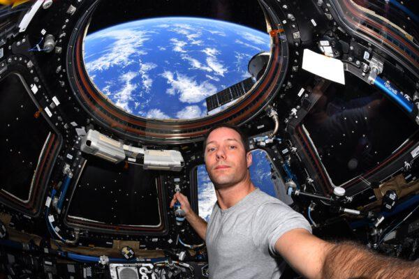 Uběhlo už sto dní mé druhé mise na ISS (mise Alfa). Utíká to rychle. Tohle je moje druhá mise a člověk by si myslel, že už bude všechno znát, ale zdá se, že každý den se objevují nové věci: minulou středu jsme například naklonili stanici o 90°, abychom usnadnili odlet Progressu s modulem Pirs a přílet Nauky. Pro tak velkou stanici to není úplně běžný a jednoduchý manévr! Jako bonus se nám naskytl nový pohled z modulu Cupola s pěkným výhledem na zakřivení Země. Takže 100 dní – to je zhruba polovina mise. Upřímně, mám pocit, že těhle 100 dní bylo opravdu hektických i ve srovnání s první misí Proxima 🤔 Asi proto, že mezi každodenní prací na experimentech nebo cvičením jsme zažili tři výstupy do volného kosmu, balet nákladních lodí, přemístění našeho Crew Dragonu či přílet nového modulu. Odpočineme si až na Zemi! Zdroj: flickr.com