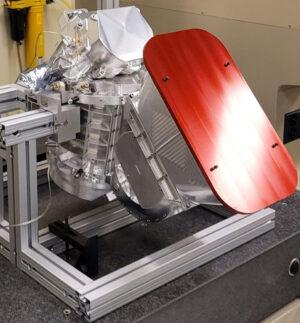 Přístroj MISE (Mapping Imaging Spectrometer for Europa) vyfocený zhruba v polovině stavby v čisté místnosti JPL. Jeho úkolem bdue analyzovat infračervené záření odražené od Europy a podrobně mapovat složení povrchového materiálu.