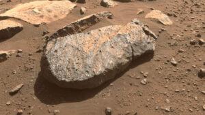 Detailní pohled na kámen Rochette, ze kterého by mohl rover perseverance odebrat vzorek.