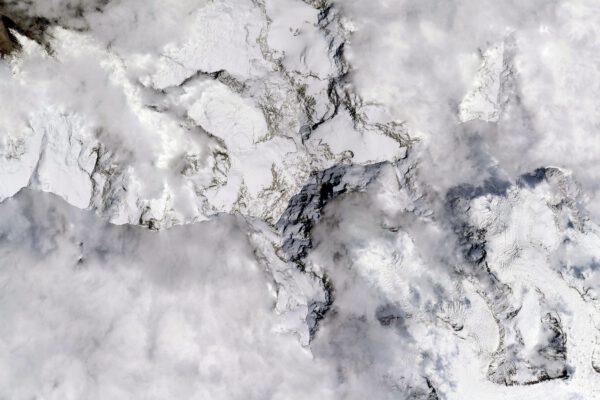 Nejvyšší vrchol v rámci fotografování #HighestPeaks: Mount Everest, samozřejmě! Vzhledem k rozlehlosti Himálaje je jeden z nejsložitějších k rozpoznání z vesmíru: který vrchol je nejvyšší? Tento, nebo snad ten sousední? Odtud vypadají všechny… malé (ano, vím, zblízka je to zásadní rozdíl). Zdroj: flickr.com