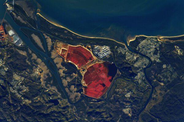 Červená či růžová vodní plocha je buď rejdištěm plameňáků, nebo známkou odpadních produktů z výroby hliníku, jako je tomu zde v Austrálii. Dopady lidské činnosti na krajinu jsou běžnému zraku skryty. A co astronauti? Jakou máme pro vás odpověď? Ano, vidíme je. Zdroj: flickr.com