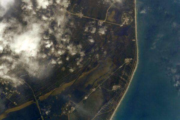Kennedyho vesmírné středisko a nahoře rampa 39A, z které vzletěl náš Dragon k ISS. Poslední místo, kde se moje nohy dotkly Země před více než třemi měsíci. Ikonické místo dobývání vesmíru! Zdroj: flickr.com
