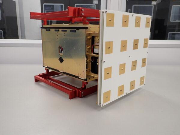 12U CubeSat CAPSTONE je již téměř hotový. Pravé části dominuje anténa v pásmu S. Červená struktura slouží pouze k předletové manipulaci.