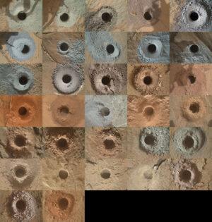 32 děr po roverem Curiosity odebraných vzorcích, jak je vyfotila kamera MAHLI na robotické paži.