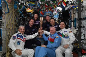 Olympijská pochodeň Tokyo 2020 na ISS. Zdroj: twitter.com