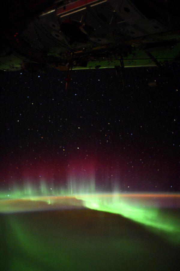 Krásná polární záře s typickými výběžky červených paprsků. Jen málokdy ji můžeme pozorovat takto prostorově díky fotogorafiím z Mezinárodní vesmírné stanice. Zdroj: flickr.com