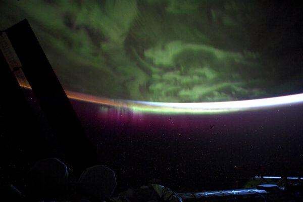 Thomas vám závěrem nabízí pro trochu zklidnění během náročného týdne pohled na krásnou jižní polární záři. Na konci máte od něj i timelapse video tohoto nevšedního úkazu. Zdroj: twitter.com