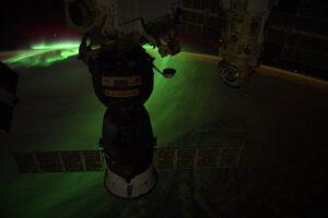 Polární záře spolu s kosmickou lodí Sojuz a v pozadí s modulem Nauka. Zdroj: flickr.com