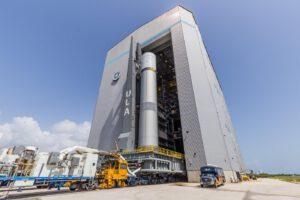Pathfinder prvního stupně rakety Vulcan vyjíždí na rampu