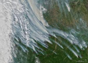 Družice NASA pro pozorování Země Aqua zachytila tento snímek požárů v republice Sacha na ruském severovýchodě 8. srpna 2021.