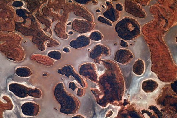 Bláznivá krajina uprostřed Austrálie. Barva je dána výskytem slaného jezera. Zdroj: flickr.com