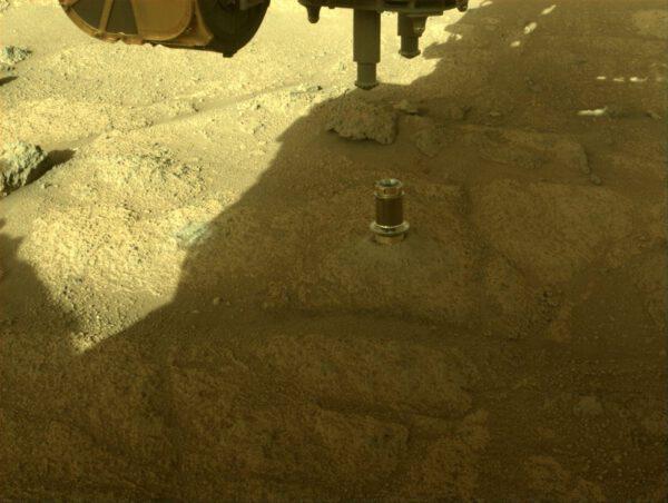 Sol 148, 21. července 2021. V kameni vidíme zavrtaný váleček, který kryl otvor jádrového vrtáku během letu na Mars. Zdroj: NASA/JPL-Caltech