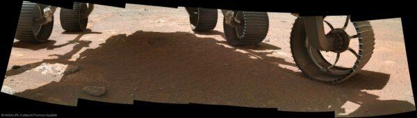 Sol 166, 8. srpna 2021. Mozaika 7 snímků kamerou WATSON za účelem nasnímat prostor pod koly vozítka. Zdroj: NASA/JPL-Caltech/Thomas Appéré