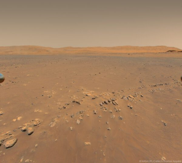Sol 152, 24. 7. 2021, snímek Ingenuity z výšky 12 metrů na dvojitý kamenitý hřbet. Zdroj: NASA/JPL-Caltech/Thomas Appéré