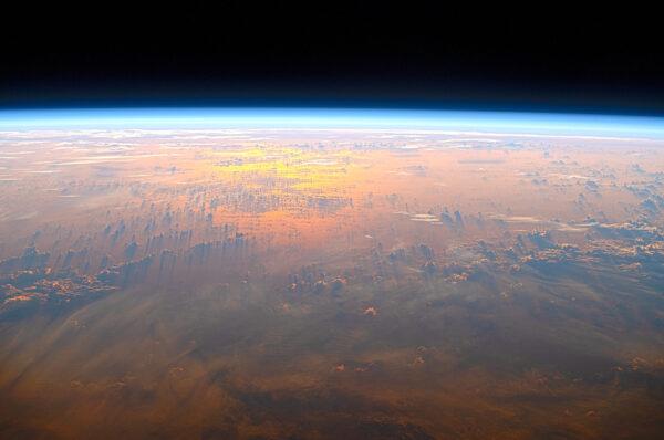 Odraz sluneční záře, stíny mraků a jejich odrazy ve vodní hladině. Fascinující večerní scenérie. Zdroj: flick.com