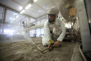 """Jemné rozptylování simulantu lunárního regolitu BP-1 v laboratoři Granular Mechanics and Regolith Operations (GMRO) při zkouškách Dopplerovského radaru s milimetrovými vlnami. Test proběhl 16. července 2021. Tento uzavřený prostor zvaný """"velký koš"""" ukrývá 120 tun simulantu lunárního regolitu."""