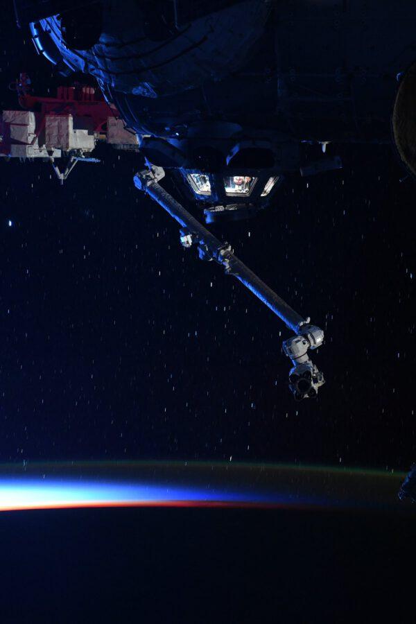 Thomas zmiňuje, že měl velké štěstí, když se vyskytnul v Cupole, aby mohl zamávat, právě v tu chvíli, kdy vznikl tento snímek. Není třeba litovat, že už nikdy na ISS neuvidíme modul Pirs, když jej nahradila Nauka s jejími úžasnými velkými okny. Zdroj: twitter.com