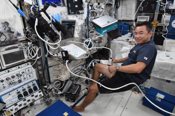 Aki používá ultrazvuk v rámci experimentu Kanadské vesmírné agentury Vascular Echo. Cílem je sledovat, jak se žíly a tepny přizpůsobují stavu beztíže. Také by nám mohl pomoci k tomu, jak čelit ztrátě jejich pružnosti v důsledku stárnutí na Zemi. Cílem je připravit se na budoucí dlouhodobé vesmírné mise a zajistit, aby nebylo ohroženo zdraví astronautů. A v širším měřítku pokročit v lékařském výzkumu. Zdroj: flickr.com
