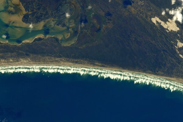 Přiznám se, že tak velké vlny jsem ještě z paluby vesmírné stanice nespatřil Vypadá to, že pobřeží Jižní Afriky je rájem surfařů. Zdroj: flickr.com