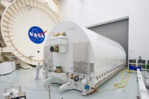 Přepravní kontejner NASAObservatory Space Telescope Transporter for Air, Road, and Sea, ve kterém bude uložen JWST.
