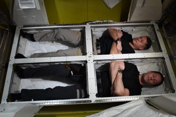 Přechodová komora (Quest Joint Airlock Module), která slouží k přípravě a samotnému výstupu do volného kosmu, byla nedávno renovována, a má novou podlahu sloužící jako skladovací prostor. Je mnohem praktičtější k uložení vybavení pro výstup do vesmíru a zároveň se dá použít ke zdřímnutí 😉 Zdroj: flickr.com