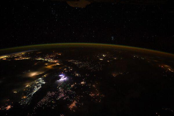 Asie v noci s bouří vlevo. Když máte takto vysokou bleskovou aktivitu v oblasti, kterou fotíte, dříve nebo později se vám objeví krásný výboj blesku i jinde. Zdroj: flickr.com