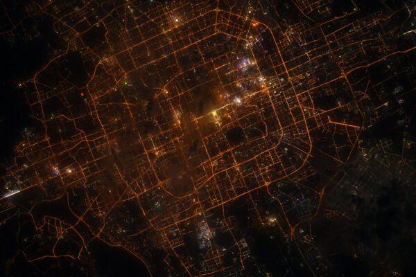 Beijing, nebo chcete-li Peking. Hlavní město Číny. V noci snadno poznáte toto město díky pravidelným vzorům osvětlených ulic. Prakticky uprostřed je asi nejsvětlejší místo – Náměstí nebeského klidu a hned na něj navazující tmavá oblast doleva nahoru je Zakázané město. Zdroj: flickr.com