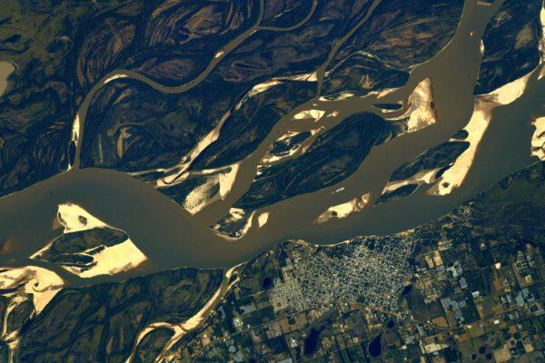 Poslední snímek ukazuje pastelové barvy řeky Paraná s městečkem Bella Vista v oblasti Corrientes v Argentině. Zdroj: flickr.com