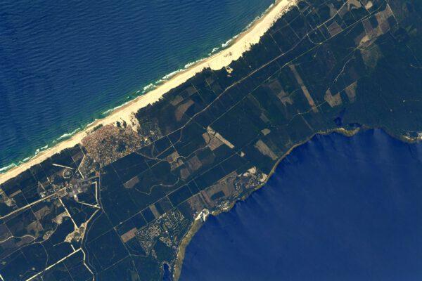 Pláže na pobřeží Biskajského zálivu v Atlantském oceánu. Oblast asi 100 km dlouhá se nazývá Côte d'Argent a na snímku je městečko Biscarosse. Zdroj: flickr.com