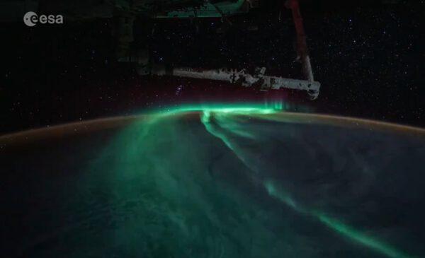 SSRMS Canadarm2 nad Zemí s polární září. Snímek z videa. Zdroj: twitter.com