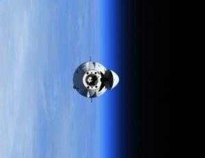 Cargo Dragon CRS-23 vznášející se nad Zemí. Foto: Thomas Pesquet, zdroj: twitter.com