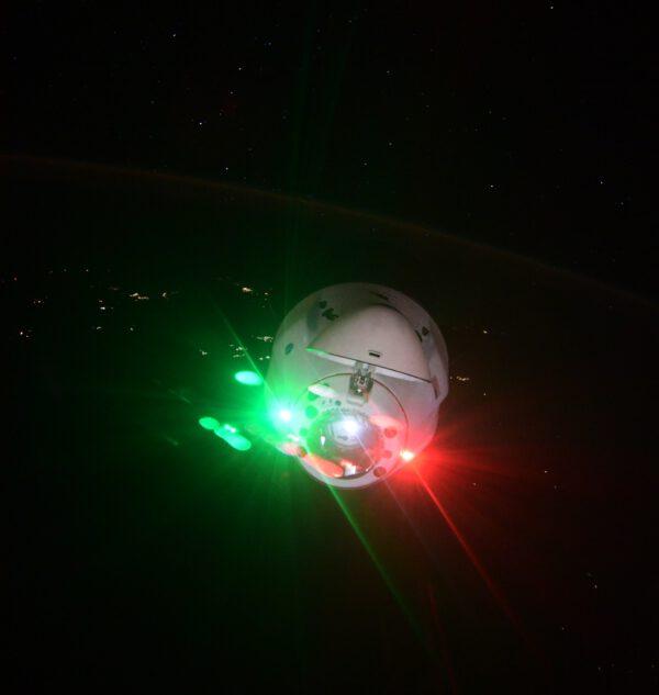 Cargo Dragon CRS-23 nad Zemí v noci. Foto: Thomas Pesquet, zdroj: twitter.com