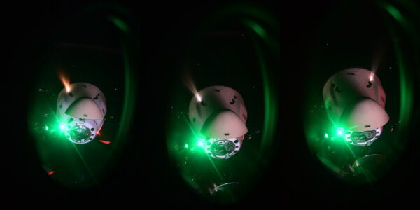 Přiletájící nákladní Dragon z okénka toho osobního (tedy Cargo Dragon CRS-23 z Crew Dragonu Crew-2). Zdroj: flickr.com