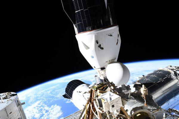 Dva draci 🐉🐉 u kosmické stanice. Musím říct, že jsem ještě nikdy neviděl fotky těchto dvou kosmických lodí v této konfiguraci. Snadno rozpoznatelné, ale takto jen obtížně fotografovatelné z vnitřku stanice. Ten nahoře, který ve skutečnosti míří k Zemi, je Endeavour, naše dopravní loď, kterou se za dva měsíce vrátíme na Zem. Druhá je nákladní loď, která nám minulý týden přivezla kromě mnoha vědeckých experimentů také zmrzlinu ;) Lesklý válec vpravo je laboratoř Columbus Evropské vesmírné agentury. Zdroj: flickr.com