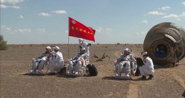 Tři čínští kosmonauti po přistání lodě ShenZhou-12
