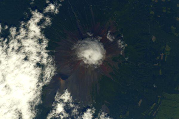 A teď už zpět na Zemi. Zde je známá japonská sopka Fuji. Netradičně zahalená do chomáče ranních mraků. Je tak známá, že má i vlastní emoji🗻Anglický výraz emoji vychází z japonského 絵 [e] – obrázek + 文字 [modži] – znak. Zdroj: flickr.com