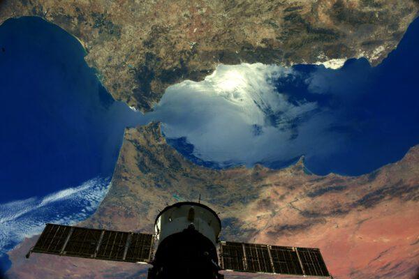 Také tento snímek ukazuje opravdu snadno rozpoznatelnou oblast. Gibraltarský průliv mezi Marokem na jihu a Španělskem na severu. Samotný Gibraltar je britské území na jihu Španělska a na snímku je to ten tenký jehlovitý výběžek poblíž nejužšího místa průlivu. Zdroj: flickr.com