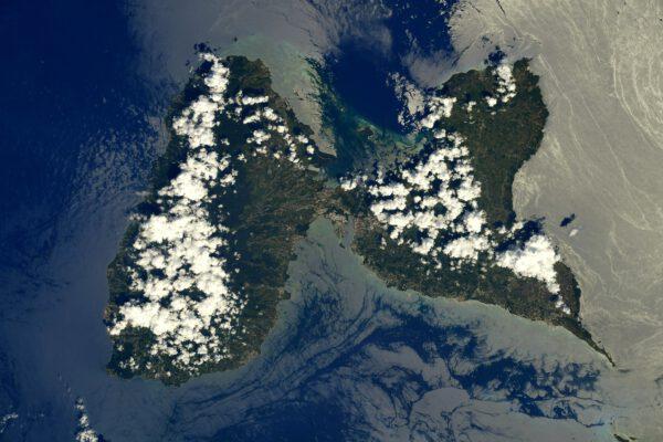 Vidíte toho motýla? Ostrov Guadeloupe ho opravdu připomíná. Nejen těm, kdo jej vidí až z vesmíru. Snad i díky tomuto snímku už pro vás není jen jedním z ostrůvků Malých Antil v Karibiku. Zdroj: flickr.com