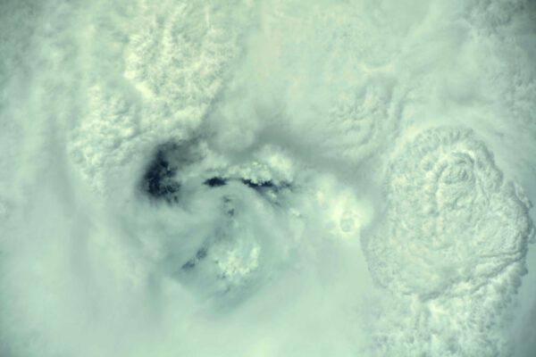 Pohled do oka hurikánu Ida - klid před bouří v přímém přenosu. Vlevo je i kus jasné oblohy, vpravo extrémně mohutná bouřková mračna. Zdroj: flickr.com