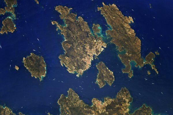 Severního okraje ostrova Sardinie se dotýká řada menších ostrůvků. Zde Isola Maddalena a další. Krásné místo na projížďku na jachtě. Zdroj: flickr.com