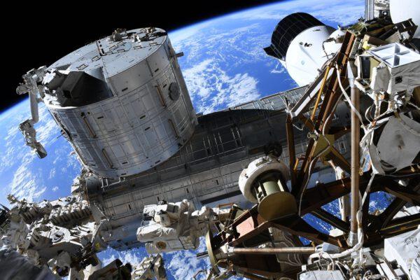 Japonské experimentální moduly v popředí a Cargo Dragon v pozadí. Flickr.com