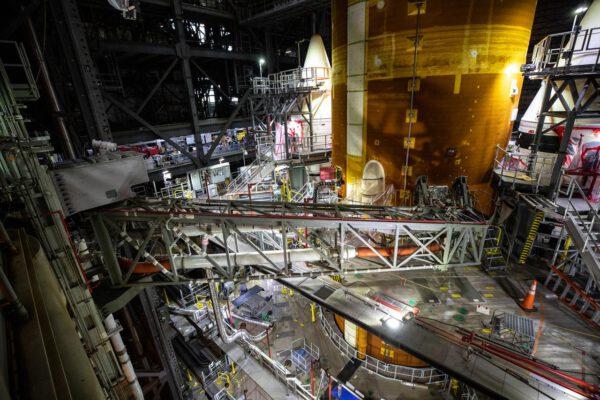 Rameno obsluhující intertank, 12. srpna 2021. Ramena poskytují energii, komunikaci a tlakové plyny do rakety.