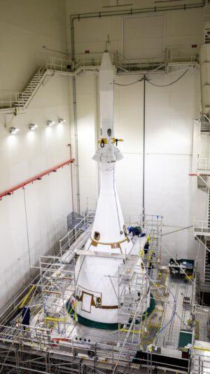 Orion se záchranným systémem LAS a ochrannými panely v budově LASF, 7. září 2021